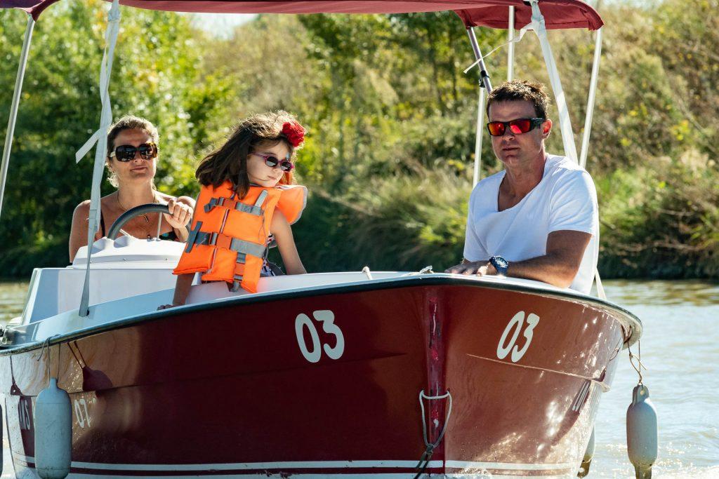 Balade familiale en bateau électrique