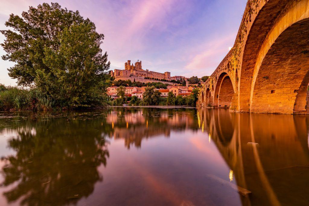 Acropole de Béziers et son reflet dans l'Orb