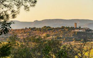 Le mont Caroux derrière le vieux village de Montady